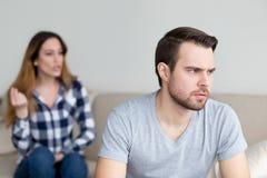 Geërgerde die echtgenoot van vrouw het spreken en het debatteren wordt vermoeid royalty-vrije stock afbeeldingen