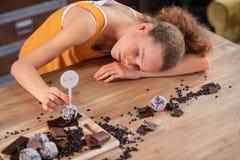 Geërgerde jonge vrouw die ongelukkig met haar dieet zijn royalty-vrije stock afbeeldingen