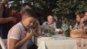 Geërgerde jongen op familiediner stock footage