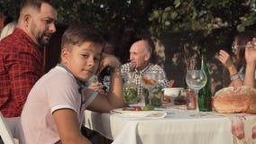 Geërgerde jongen op familiediner stock videobeelden