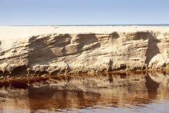 Geërodeerd zand riverbank Stock Afbeelding