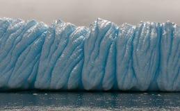 Geërodeerde en doorstane ijsberg, Antarctisch Schiereiland stock foto