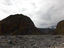 Geërodeerde Himalayan-Berg op een Rivierbed tijdens Moesson stock afbeeldingen