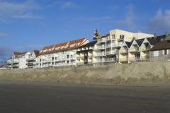 Geërodeerde strand en bouw Royalty-vrije Stock Afbeelding