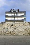 Geërodeerde strand en bouw Royalty-vrije Stock Afbeeldingen