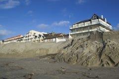 Geërodeerde strand en bouw Royalty-vrije Stock Fotografie