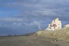 Geërodeerde strand en bouw Royalty-vrije Stock Foto
