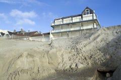 Geërodeerde strand en bouw Stock Foto's
