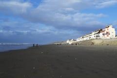 Geërodeerde strand en bouw Stock Fotografie