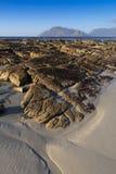 Geërodeerdes rotsen op het strand - portret Royalty-vrije Stock Foto's