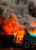 Geëxplodeerdea het parkeren auto op brand stock fotografie