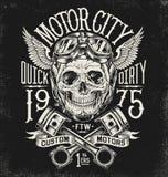 Geïllustreerde motorfietsschedel met helm en beschermende brillen Uitstekende typografielay-out Stock Foto's