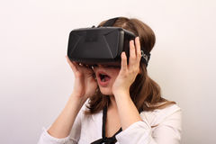 Geïmponeerd, verrast, verbijsterde vrouw het opstijgen of het zetten op Oculus-hoofdtelefoon van de Spleetvr de virtuele werkelij Stock Afbeeldingen