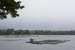 Geïmproviseerde die huisbarak op een meer wordt voortgebouwd, die aangezien de vissen wachthuisje kooien dienen stock foto