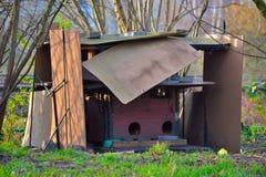 Geïmproviseerde schuilplaats van hout en karton Stock Foto