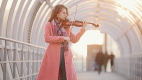 Geïnspireerde vrouw het spelen viool op de straat stock video