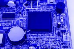 Geïntegreerde halfgeleidermicrochip op blauwe kringsraad representatief voor de high-tech de industrie en computerwetenschap Stock Foto's