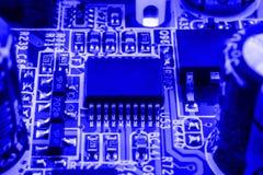 Geïntegreerde halfgeleidermicrochip op blauwe kringsraad representatief voor de high-tech de industrie en computerwetenschap Royalty-vrije Stock Fotografie