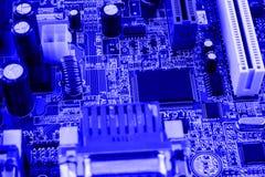 Geïntegreerde halfgeleidermicrochip op blauwe kringsraad representatief voor de high-tech de industrie en computerwetenschap Royalty-vrije Stock Foto