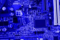 Geïntegreerde halfgeleidermicrochip op blauwe kringsraad representatief voor de high-tech de industrie en computerwetenschap Royalty-vrije Stock Foto's