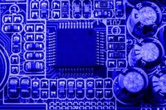 Geïntegreerde halfgeleidermicrochip op blauwe kringsraad representatief voor de high-tech de industrie en computerwetenschap Royalty-vrije Stock Afbeeldingen