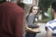 Geïntimideerd tienergevoel aangezien zij naar huis loopt Stock Afbeeldingen