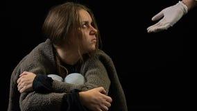 Geïntimideerde vrouw die artsenhand, drugs en alcoholverslaving, wanhoop verwerpen stock footage