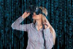 Geïntrigeerde vrouw in grijs overhemd die virtuele werkelijkheids 3D hoofdtelefoon dragen Royalty-vrije Stock Afbeeldingen