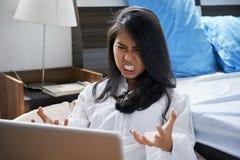 Geïrriteerde vrouwenlezing e-mail royalty-vrije stock foto's