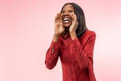 Geïsoleerd bij het roze jonge toevallige afrovrouw schreeuwen bij studio stock fotografie