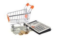 Geïsoleerd boodschappenwagentje, geld en calculator Stock Afbeelding