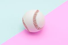 Geïsoleerd centrumhonkbal op een Roze en Turkooise kleurenachtergrond Royalty-vrije Stock Afbeeldingen