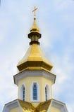 Geïsoleerd Christian Orthodox Yellow Church met Gouden Koepel en C Stock Fotografie
