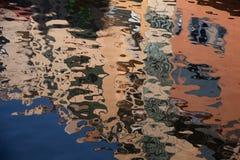 Geïsoleerd close-up van rimpelingen op de oppervlakte van de rivier weerspiegeling van het voortbouwen op rimpelingen in rivier Royalty-vrije Stock Fotografie