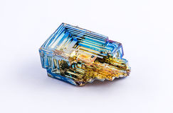 Geïsoleerd crystalized bismut Stock Foto
