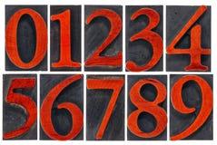 Geïsoleerd die aantal in houten type wordt geplaatst Stock Fotografie