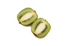 Geïsoleerd gesneden kiwifruit Stock Afbeeldingen