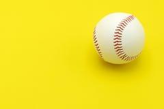 Geïsoleerd honkbal op een gele achtergrond Stock Afbeeldingen