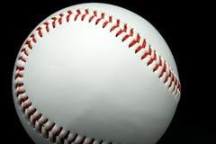 Geïsoleerd honkbal op een zwarte achtergrond Stock Afbeeldingen
