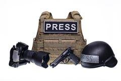 Geïsoleerd kogelvrij vest, camera, kanon en helm stock foto