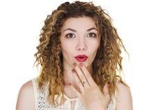 Geïsoleerd meisje met rode verraste lippen stock foto's