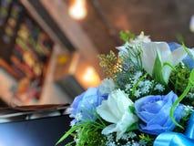 Geïsoleerd op een witte achtergrond Blauwe rozen en witte leliebloem Stock Foto's
