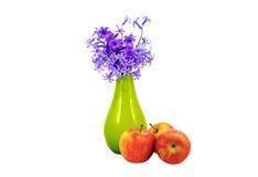 Geïsoleerd op witte bos als achtergrond van bloemen in een vaas en appl Royalty-vrije Stock Fotografie