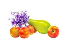 Geïsoleerd op witte bos als achtergrond van bloemen in een vaas en appl Stock Foto's