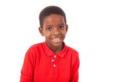 Geïsoleerd portret van een leuke Afrikaanse Amerikaan weinig jongen die, glimlacht Royalty-vrije Stock Afbeeldingen