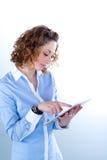Geïsoleerd portret van een mooie jonge vrouw die met tabletcomputer werken Stock Afbeeldingen