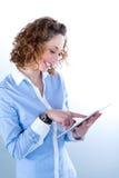 Geïsoleerd portret van een mooie jonge vrouw die met tabletcomputer werken Royalty-vrije Stock Foto's