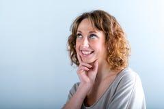 Geïsoleerd portret van een vrolijke en gelukkige jonge vrouw Royalty-vrije Stock Fotografie