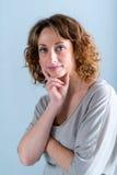 Geïsoleerd portret van een vrolijke jonge vrouw Royalty-vrije Stock Fotografie