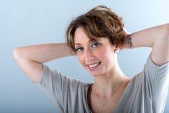 Geïsoleerd portret van een vrolijke jonge vrouw Royalty-vrije Stock Afbeeldingen